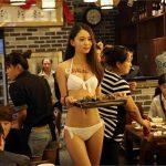 diadiemanuong-com-bong-mat-voi-dan-nguoi-mau-mac-bikini-phuc-vu-trong-nha-hangd7755d80635705628017644005